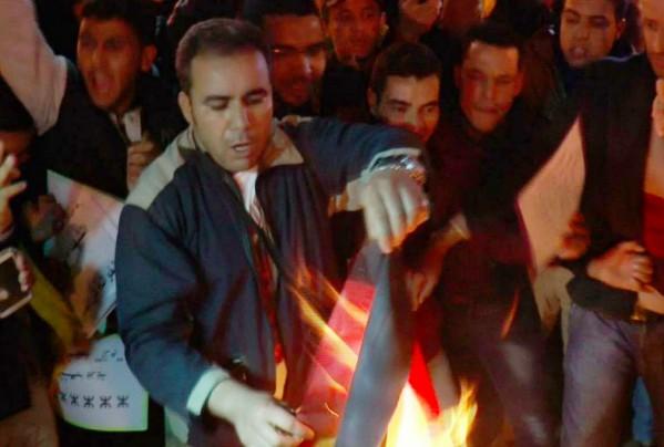 منير-يحرق-علم-البوليساريو--599x404